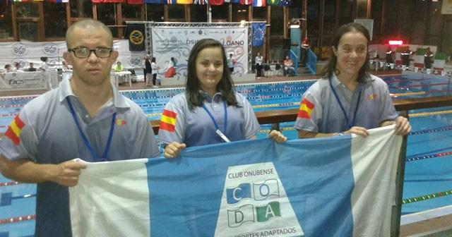Enrique Mellado, María Leandro y Marina Méndez, nadadores del CODA.
