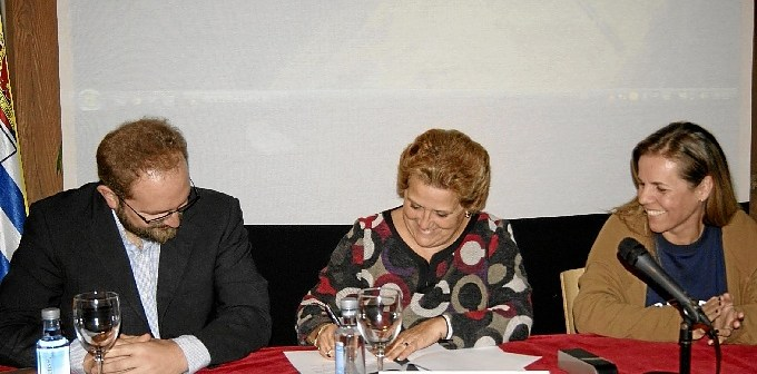 Momento de la firma del documento de cesion del video