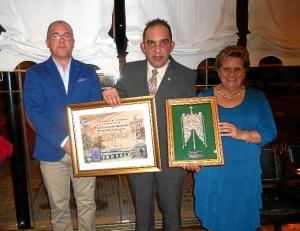 Antonia Grao hizo entrega de un pergamino conmemorativo en nobre del Ayuntamiento al homenajeado