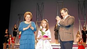 La Alcaldesa y el Primer Teniente de Alcalde con la Reina Infantil, muy emocionada