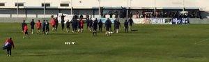 Aficionados del Recreativo de Huelva animando a la plantilla en la Ciudad Deportiva.