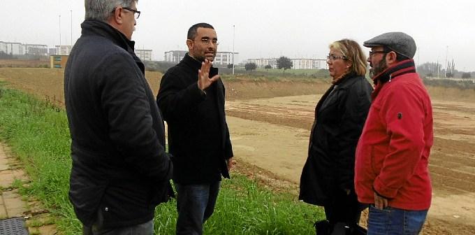 Concejales de IU en el Ayuntamiento de Huelva con Diego Gonzalez Batanero en la parcela expolida (1)