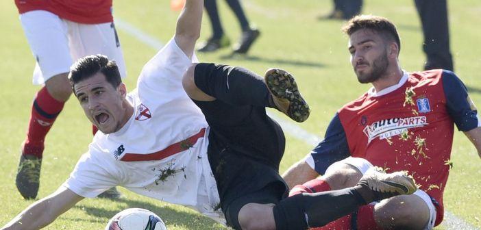 Iván Robles, canterano albiazul, presionando a Matos, del Sevilla Atlético.