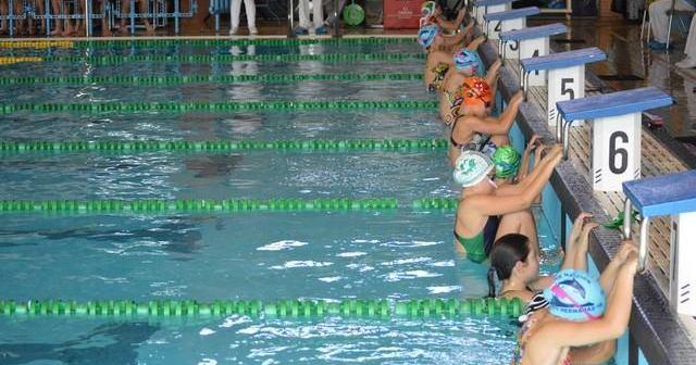 Nadadores del Club Natación Huelva en salida de espalda.