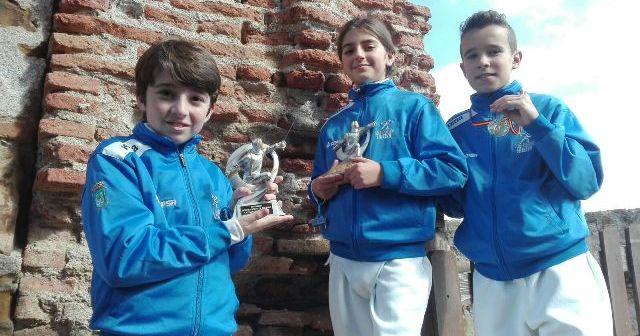 Jóvenes espadistas del Club Esgrima Huelva.