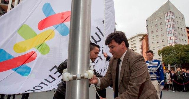 Izada de la bandera de los VI Juegos de Policías y Bomberos.