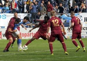 Álvaro Moreno presionado por varios jugadores del Jumilla. (Espínola)
