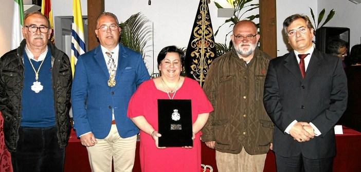 El Alcalde en Funciones, primero por la derecha, junto al Rvdo. Parroco, la Pregonera, el presidente de la Hermandad y el vicepresidente del Consejo