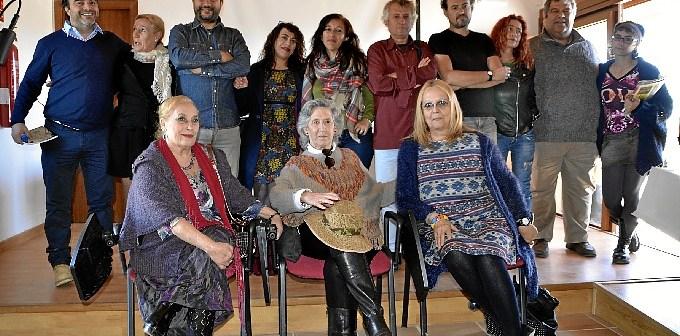 foto de familia de los poetas presentes.
