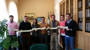 Representantes del Ayuntamiento de Rociana del Condado comprando entradas del Recreativo de Huelva.