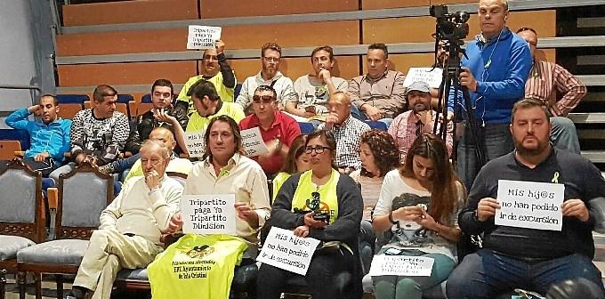 Imagen de archivo de una protesta de afectados por el ERE en el pleno de Isla Cristina.