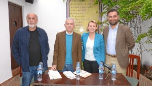 El autor co con las autoridades que presidieron el acto