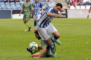 Núñez presionado por un rival de La Hoya. (Espínola)