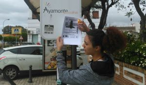 Familiares de Jesús Narbona pegando fotos del desaparecido.