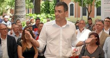 Imagen de archivo de Pedro Sánchez en una visita a Huelva cuando era secretario general.