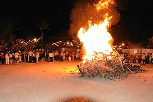 Candela de San Juan. Centenares de vecinos y visitantes pudieron desprenderse en la hoguera de todo lo malo sucedido durante este año.