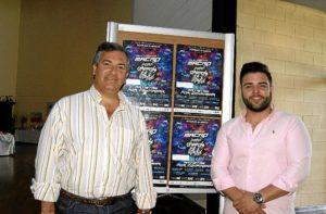 El Primer Teniente de Alcalde, Francisco Gonzalez y Mnauel Romero junto al cartel anunciador del evento