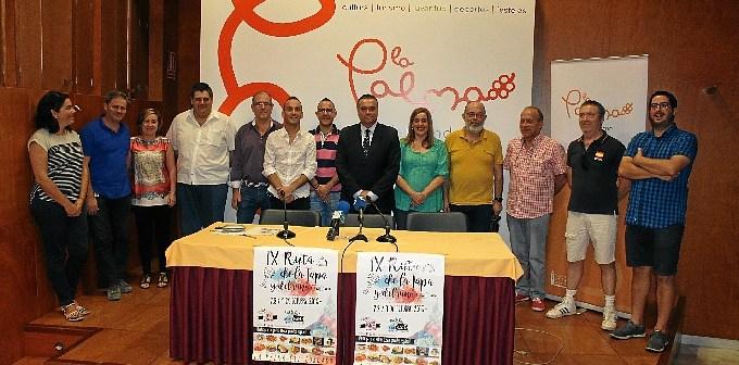 Alcalde, concejala y participantes en la Ruta