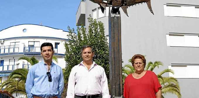 Tomas Vizcaino, Francisco Gonzalez y Abtonia Grao junto al Monumento al Atun