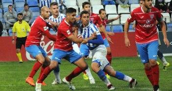 Bonaque intentando rematar ante la oposición de los jugadores de La Roda.