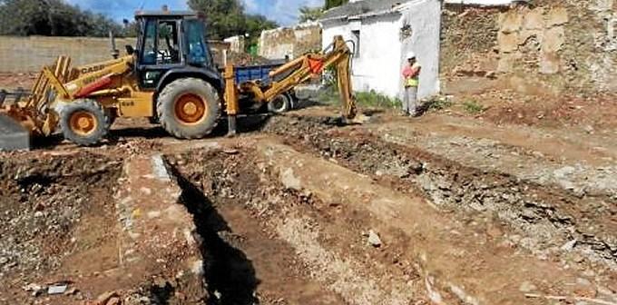 Obras de excavación en el antiguo cementerio de la Puebla. (Foto: todoslosnombres)