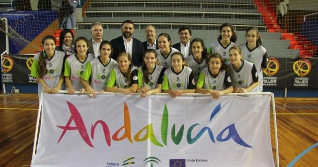 El consejero de Turismo y Deporte de la Junta de Andalucía con la Selección Andaluza infantil.