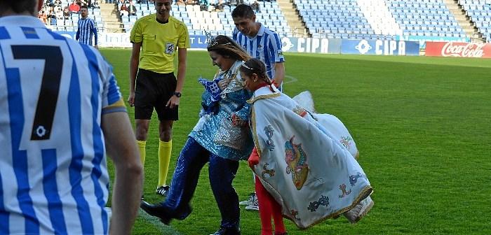 Las Choqueras hacen el saque de honor en el partido Recreativo-Villanovense (5)