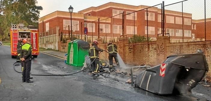 Bomberos apagan incendio contenedores en Huelva (3)