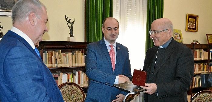 Pregonero de la Semana Santa visita al obispo de Huelva