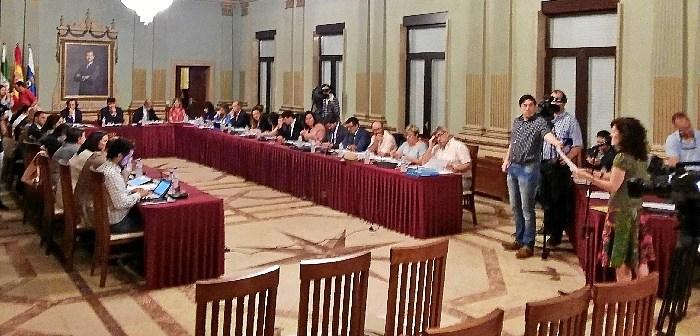 Eva Rodríguez defiende su iniciativa en el pleno del Ayuntamiento de Huelva.