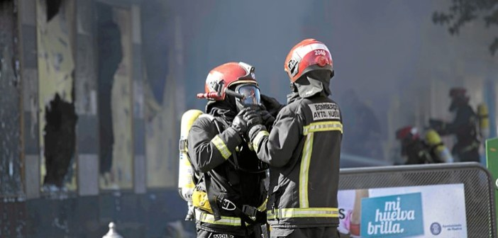 Incendio en un bazar de Huelva (1)