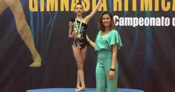 Ángela Martín, recibiendo la medalla de la medallista olímpica Lourdes Mohedano.