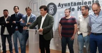 El alcalde de Huelva, Gabriel Cruz, con el Consejo de Administración del Decano.