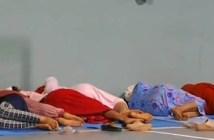 Imagen de desalojados del incendio de Moguer durmiendo en un polideportivo extraída de un vídeo emitido por el canal 24 horas de RTVE.