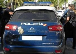 Tres jóvenes golpean a una mujer en Huelva para robarle el móvil