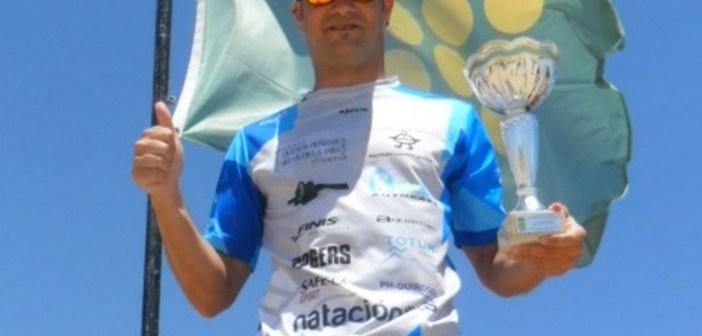 Rubén Gutiérrez en la Travesía a nado en La Redondela.