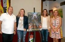 La Alcaldesa y la delegada de Festejos junto al autor del Cartel y la Presidenta del Consejo