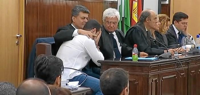 Momento en el que el jurado declaraba no culpable al acusado, que rompió a llorar.