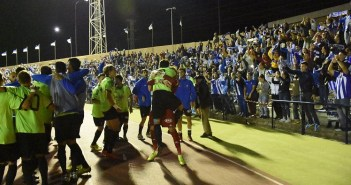 Futbolistas del Recreativo celebrando la victoria con la afición desplazada a San Fernando. (Tenor)