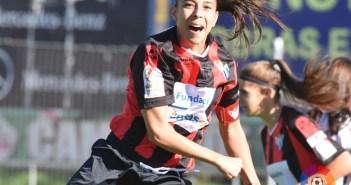Anita celebrando un gol.
