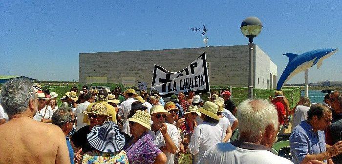 En Punta Umbría la instalación de un chiringuito en La Canaleta provocó las protestas de los vecinos de la zona.