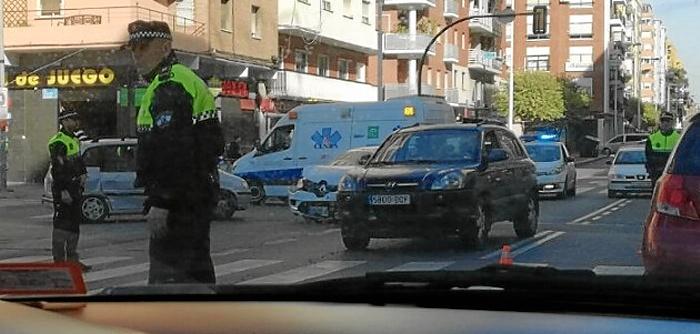 La Policía Local regula el tráfico con los dos coches accidentados al fondo de la imagen. (Foto: HuelvaYa)