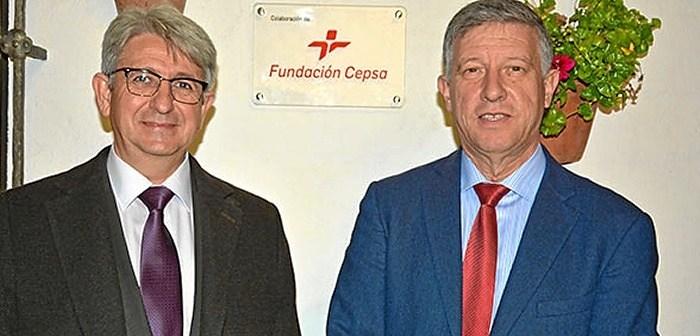Jose Antonio Agüera, representante de la Fundación Cepsa en Huelva y Carmelo Romero, alcalde de Palos de la frontera.