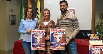 Las autoridades y el representante de la empresa promotora muestran el cartel del espectaculo