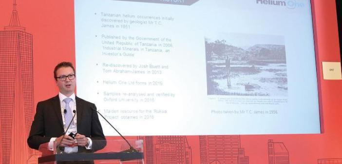 El CEO de Hellium One explicando las ventajas del descubrimiento de Tanzania.