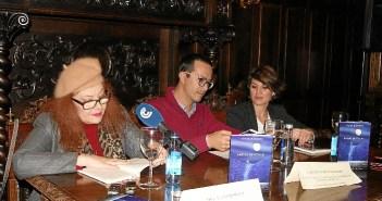 La autora lee fragmentos de su novela en presencia del Teniente de Alcalde y la Delegada de la Mujer