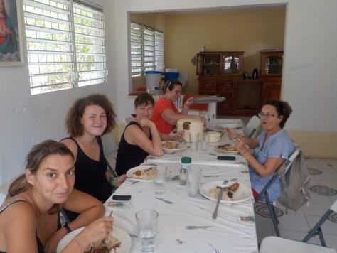 photo de l'équipe de bénévoles entrain de manger