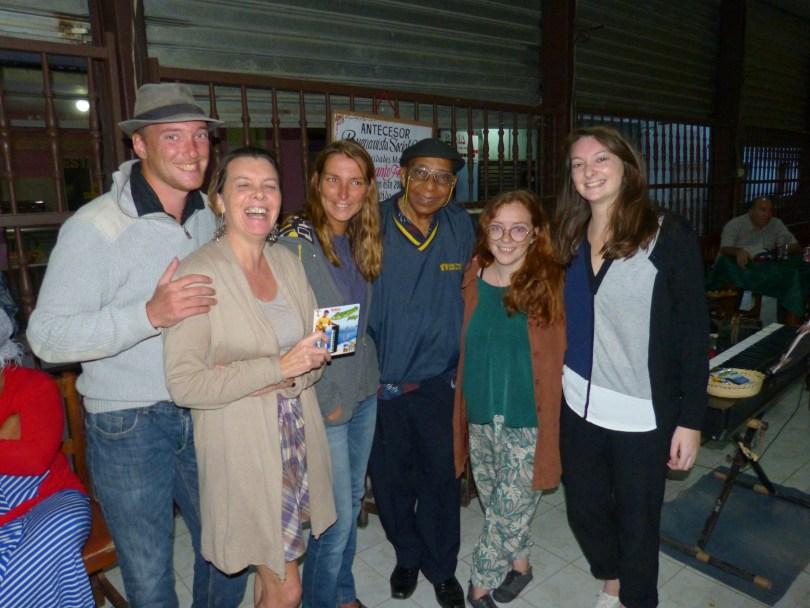 photo d'amaranto fernandez avec ma famille tout sourir aux lèvres