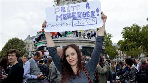 photo d'une militante montrant son engagement pour l'hébergement de réfugiés