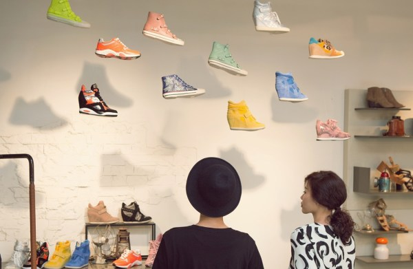 掛在天空中的招牌鞋款,和H都超喜歡這次在ASH發表會上的空間陳列!(好用心)Love the visual merchandising in the space of ASH 2014 S/S presentation.